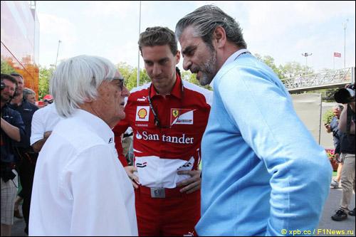 Берни Экклстоун, руководитель пресс-службы Ferrari Ренато Бизиньяни и Маурицио Арривабене
