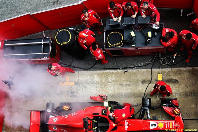 Машина Ferrari в боксах на тестах в Барселоне