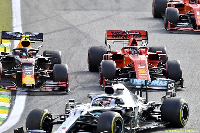 Машины Mercedes, Red Bull Racing и Ferrari на трассе Гран При Бразилии