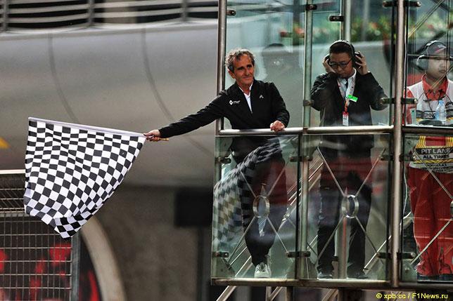 Ален Прост даёт отмашку клетчатым флагом на финише Гран При Китая, 2019 год