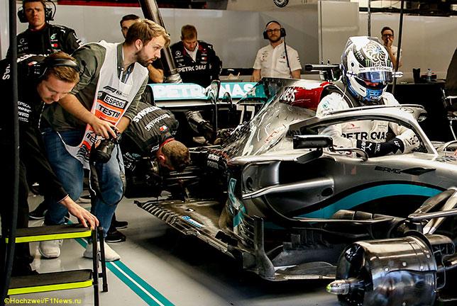 Рассмотреть спорную область непросто, на снимке её заслоняет один из механиков Mercedes