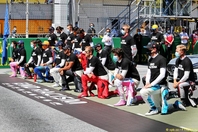 Гонщики на акции против расовой дискриминации перед стартом Гран При Австрии