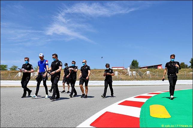 Эстебан Окон гуляет по трассе с инженерами