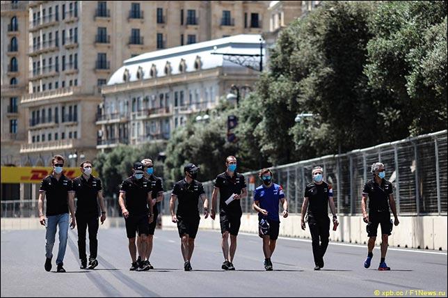 Фернандо Алонсо с инженерами во время прогулки по трассе