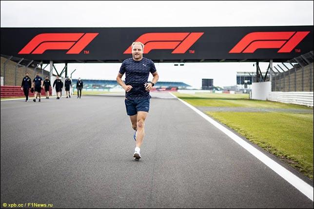 Валттери Боттас в четверг во время пробежки по трассе