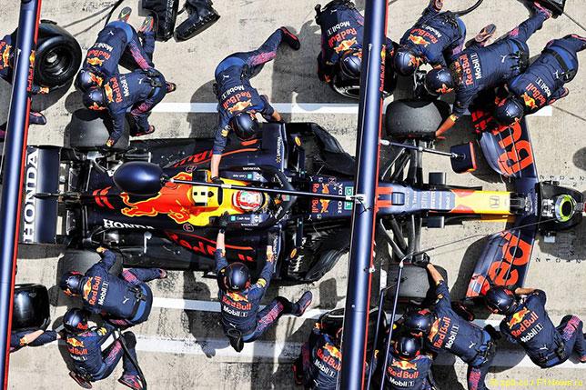 Механики Red Bull Racing проводят пит-стоп, обслуживая машину Серхио Переса