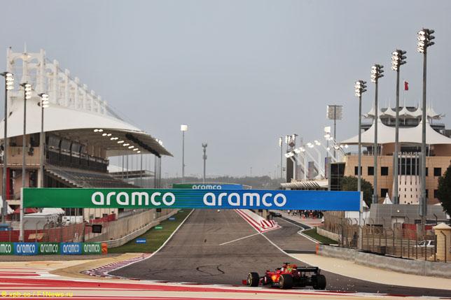 Последний поворот и стартовая прямая трассы Сахир в Бахрейне