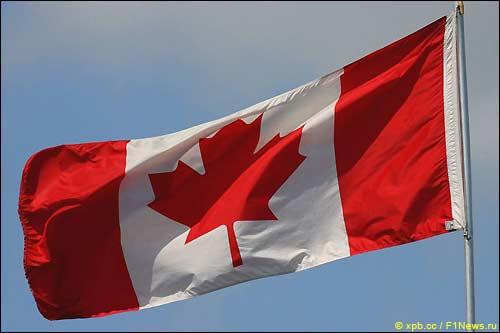 Канадский флаг над автодромом имени Жиля Вильнева