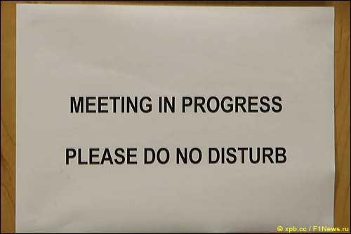 Не беспокоить. В офисе стюардов совещание...