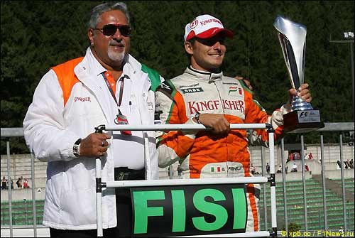 Джанкарло Физикелла (справа) и Виджей Малья после финиша Гран При Бельгии