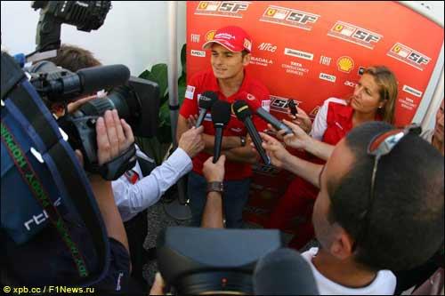 Джанкарло Физикелла общается с прессой в Сингапуре