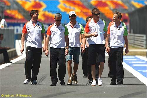 Гонщики и сотрудники Force India в Стамбуле