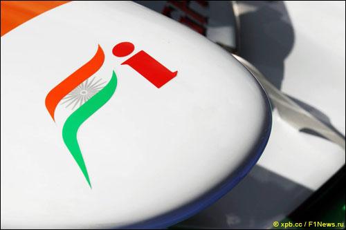 Логотип Force India на носовом обтекателе машины