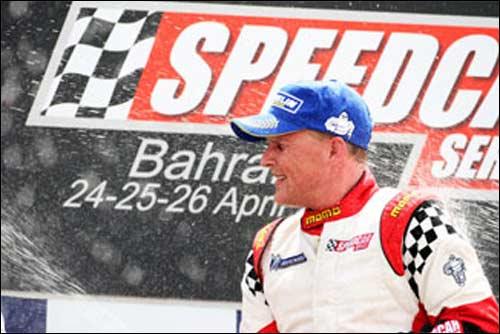 Джонни Херберт на подиуме в Бахрейне