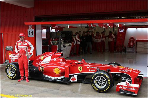 Фернандо Алонсо и F138 перед началом тестов в Барселоне