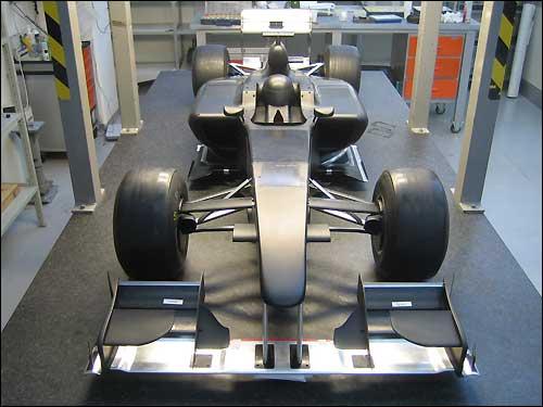 Модель машины Lotus перед тестами в аэродинамической трубе