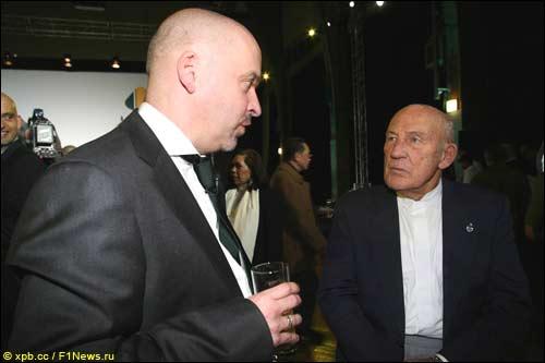 Майк Гаскойн и сэр Стирлинг Мосс на презентации Lotus T127