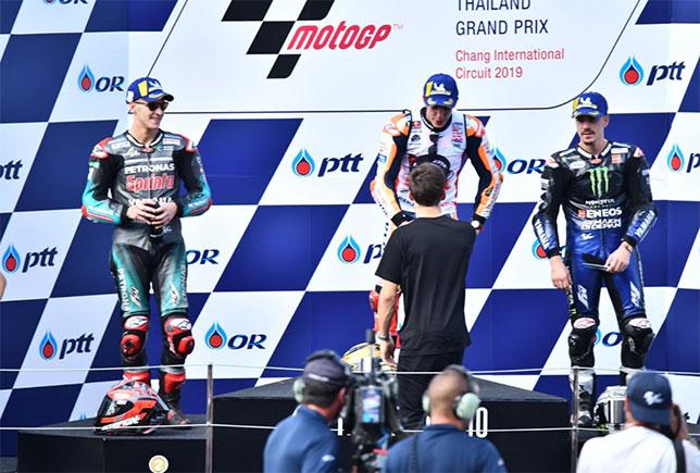 Пьер Гасли вручает командны кубок гонщику Honda Марку Маркесу