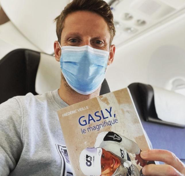Роман Грожан читает в самолёте книгу о Пьере Гасли, фото из Instagram Грожана
