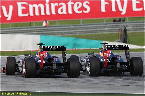 Гонщики Red Bull Racing ведут борьбу на трассе Гран При Малайзии