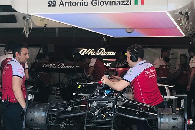 Механики Alfa Romeo работает с машиной Джовинацци по ходу второй тренировки. Фото Jennie Gow