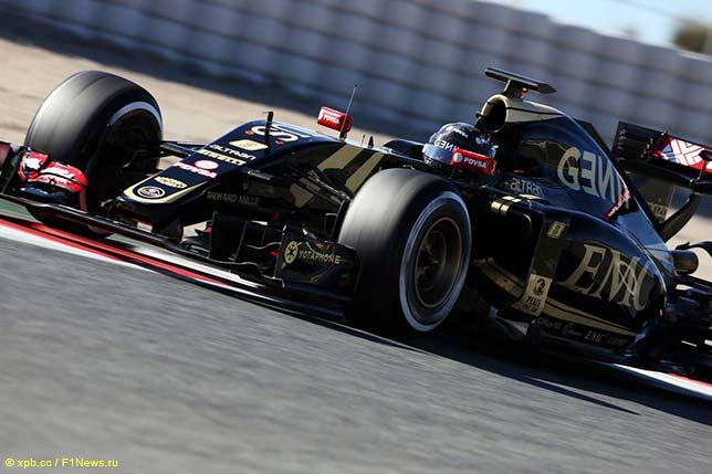 Роман Грожан за рулём Lotus E23 на тестах в Барселоне