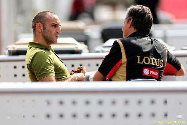 Сирил Абитебул общается с представителем Lotus F1