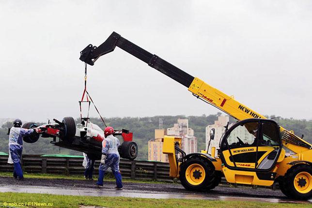 Машину Романа Грожана эвакуируют с трассы после аварии перед началом Гран При Бразилии