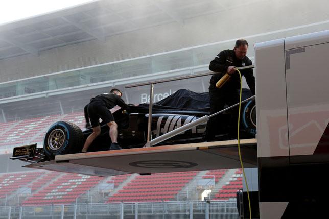 Выгрузка Haas VF-19 из трейлера на трассе в Барселоне