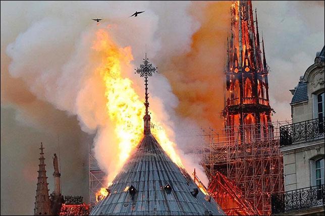 Пожар в Норт-Дам-Де-Пари. Фото из твиттера Романа Грожана. Lucio Rizzica