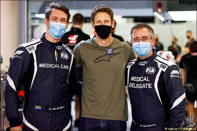 Водитель медицинской машины Алан ван дер Мерве, Роман Грожан и главный врач Формулы 1 Иан Робертс