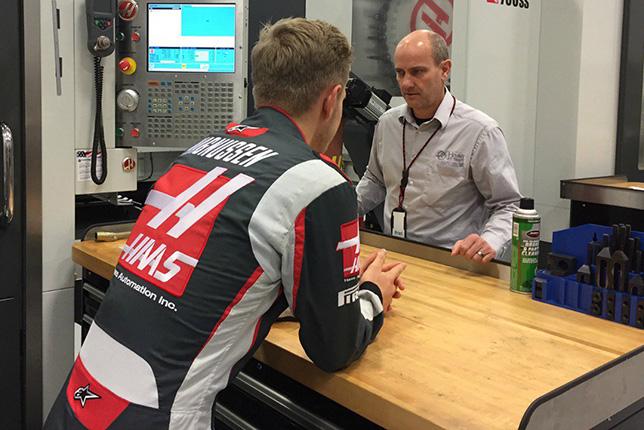Справа от Кевина Магнуссена - Брэд Харрис, руководитель участка мехобработки базы Haas F1 в Северной Каролине, США