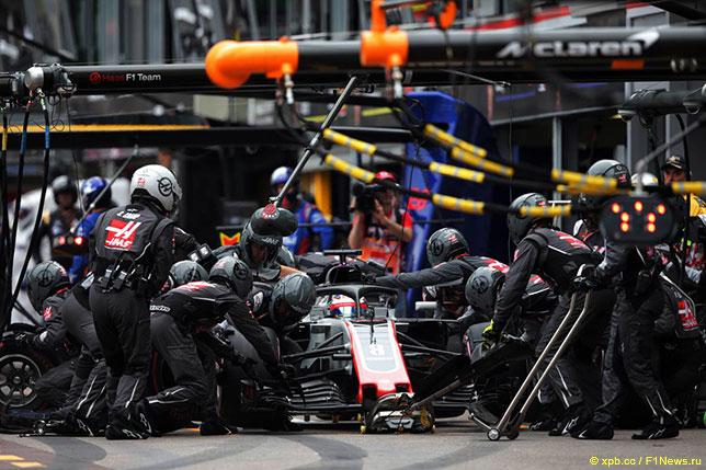 Механики Haas обслуживают машину Романа Грожана во время Гран При Монако