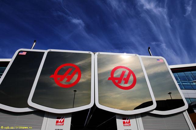 Логотип Haas F1 на моторхоуме команды