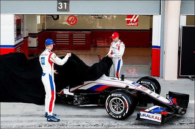 Мик Шумахер и Никита Мазепин  стянули защитное покрывало с VF-21. Фото: пресс-служба команды