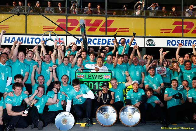 Льюис Хэмилтон празднует победу в Мельбурне вместе с командой Mercedes