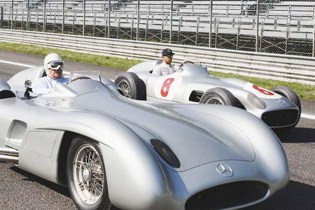 Льюис Хэмилтон и Стирлинг Мосс, выступавший за Mercedes в 1955 году