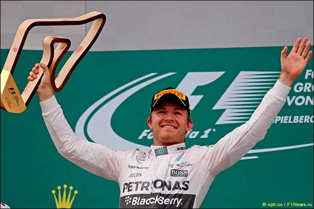 Нико Росберг с победным кубком на подиуме Гран При Австрии