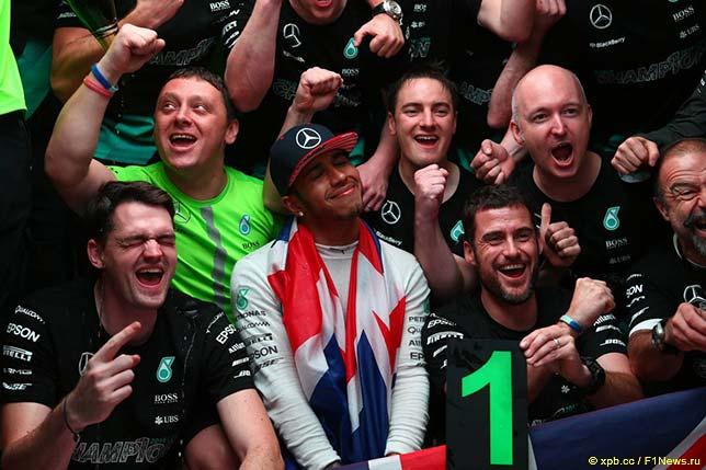 Льюис Хэмилтон в Остине празднует победу в чемпионате вместе с командой Mercedes AMG