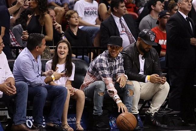 Льюис Хэмилтон на баскетбольном матче в Майами, фото Daily Mail