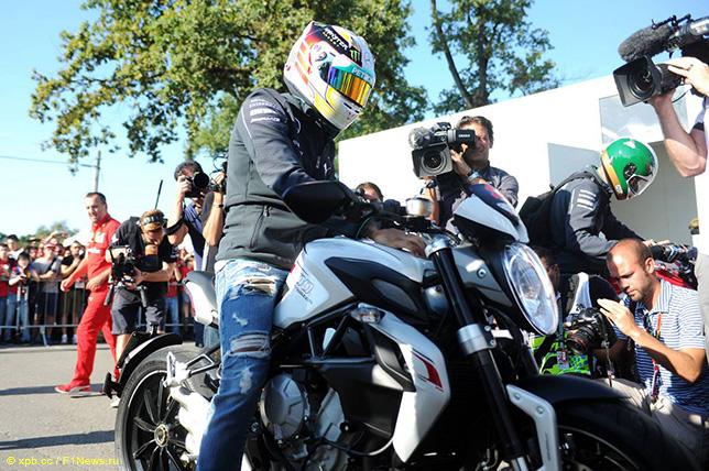 На некоторые гонки Льюис Хэмилтон любит приезжать на мотоцикле, в частности, на Гран При Италии