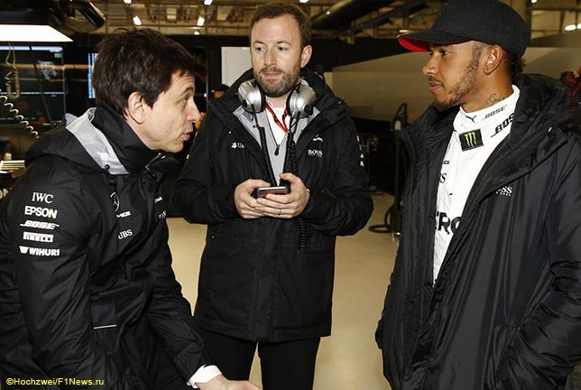 Тото Вольфф, Льюис Хэмилтон и Брэдли Лорд, руководитель пресс-службы Mercedes