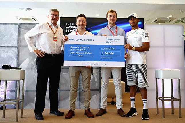 Льюис Хэмилтон и Росс Браун вручают приз победителям конкурса Tata Communications