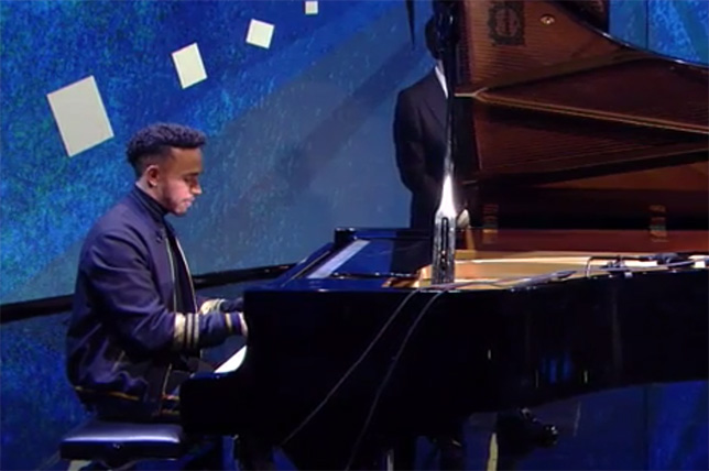 Льюис Хэмилтон иногда садится за рояль - даже во время прямого эфира на ТВ