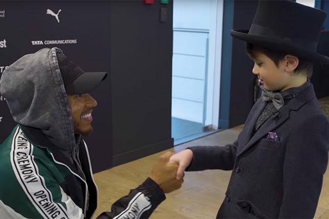 Большой Льюис знакомиться с маленьким Льюисом на базе Mercedes в Брэкли