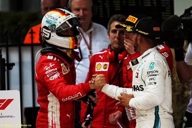 Льюис Хэмилтон поздравляет Себастьяна Феттеля с победой в Гран При Австралии