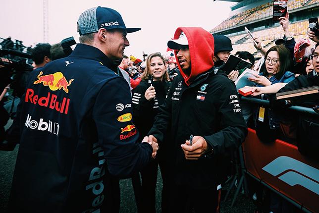 Льюис Хэмилтон обменялся рукопожатием с Максом Ферстаппеном, фото пресс-службы Mercedes