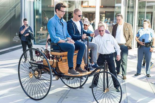 Тото Вольфф и Валттери Боттас осваивают Benz Patent-Motorwagen