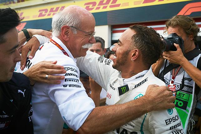 Дитер Цетше и Льюис Хэмилтон после гонки в Мексике