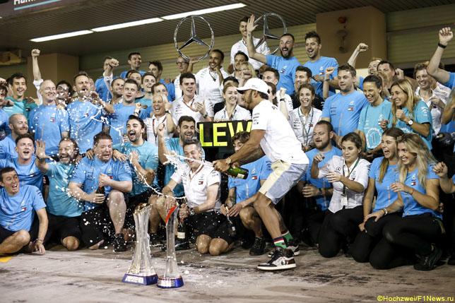 Команда Mercedes после финиша гонки в Абу-Даби